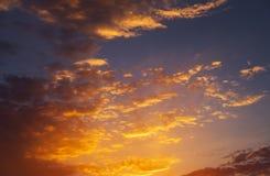 Ardientemente, cielo de la puesta del sol de los colores anaranjados y rojos fotos de archivo