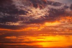 Ardientemente, cielo dramático anaranjado y rojo de la puesta del sol fotografía de archivo libre de regalías
