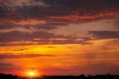 Ardientemente, cielo dramático anaranjado y rojo de la puesta del sol fotografía de archivo