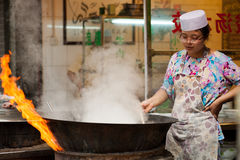 Ardientemente cocinando en la calle musulmán en Xian Fotos de archivo libres de regalías