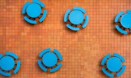 Ardientemente naranja, patio cuadrado de la teja y tablas azules fotografía de archivo libre de regalías