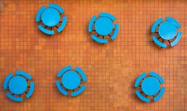 Ardientemente naranja, patio cuadrado de la teja y tablas azules imágenes de archivo libres de regalías