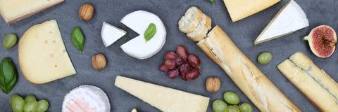 Ardoise suisse de bannière de camembert de pain de plat de plateau de panneau de fromage à Photographie stock libre de droits