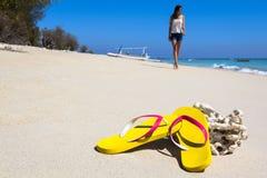 Ardoises jaunes sur une plage Images stock