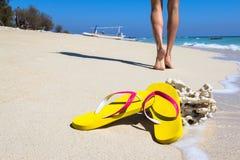 Ardoises jaunes sur une plage Photographie stock