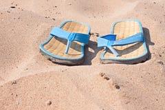 Ardoises sur la plage de sable Photos libres de droits