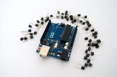 Arduino和在排队的晶体管附近 库存照片