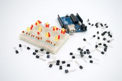 Arduino,晶体管,与LED的protoboard排队了 免版税库存照片