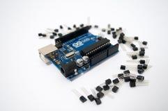 Arduino и вокруг транзисторов выровнянных вверх стоковые фото