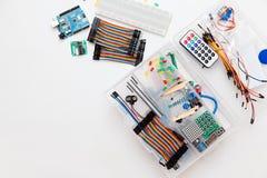 Arduino de DIY Disposition plate sur le fond blanc, l'espace de copie Composants électroniques d'atelier images libres de droits