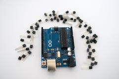Arduino en rond opgestelde transistors stock afbeelding