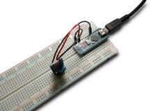 Arduino programó el microcontrolador del fotorresistor en la tabla de cortar el pan y el módulo intalled del usb del poder imágenes de archivo libres de regalías
