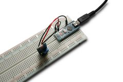 Arduino programou o microcontrolador do photoresistor na tábua de pão e no módulo intalled do usb do poder imagens de stock royalty free