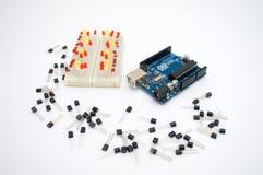 Arduino, transistor, protoboard com diodo emissor de luz alinhou imagens de stock royalty free