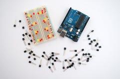 Arduino, transistor, protoboard com diodo emissor de luz alinhou Fotos de Stock Royalty Free