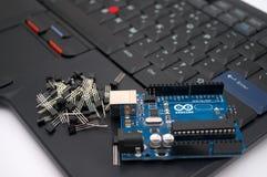 Arduino, transistor, protoboard com diodo emissor de luz alinhou foto de stock