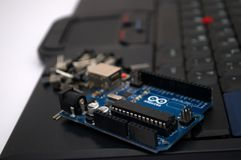 Arduino, transistor, protoboard com diodo emissor de luz alinhou foto de stock royalty free