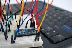 Arduino, transistor, protoboard com diodo emissor de luz alinhou imagens de stock