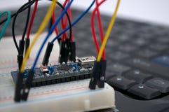 Arduino transistorer, protoboard med LED ställde upp royaltyfri fotografi
