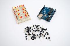 Arduino, transistores, protoboard con el LED se alineó fotos de archivo libres de regalías