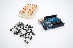 Arduino, transistores, protoboard con el LED se alineó imagen de archivo libre de regalías