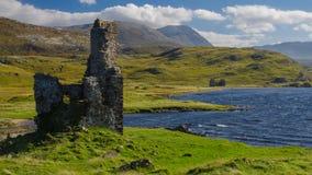 Ardvreck城堡(苏格兰)和Assynt湖 库存图片