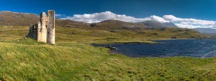 Ardvreck slott (Skottland) och Assynt sjö Arkivbilder