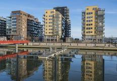 Area degli alloggi nuovi dal fiume Fotografia Stock Libera da Diritti
