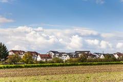 Area degli alloggi nuovi nel paesaggio rurale Immagine Stock Libera da Diritti