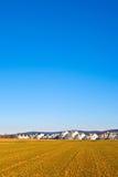 Area degli alloggi nuovi per le famiglie con i campi Fotografia Stock