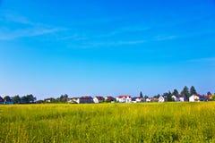 Area degli alloggi nuovi vicino al prato nel bello paesaggio Fotografie Stock