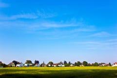 Area degli alloggi nuovi vicino al prato nel bello paesaggio Immagini Stock Libere da Diritti