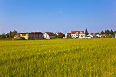 Area degli alloggi nuovi vicino al prato nel bello paesaggio Fotografia Stock