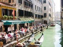 Area del canale con il ristorante a Venezia fotografie stock libere da diritti