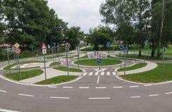 Area del circuito di pratica della scuola guida per traffico dei bambini fotografie stock libere da diritti