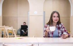 Area del cucinino della città universitaria dell'istituto universitario e tè bevente della giovane signora Fotografie Stock Libere da Diritti