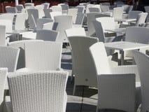 Area del patio con le sedie e le tavole bianche Fotografie Stock