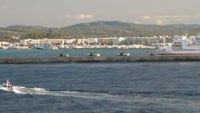 Area dell'acqua del porto marittimo e della città Ibiza, Spagna stock footage