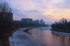Area dell'alloggio dal canale Un distretto residenziale tipico di sonno sulla sponda destra del Dnieper a Kiev l'ucraina Immagine Stock Libera da Diritti