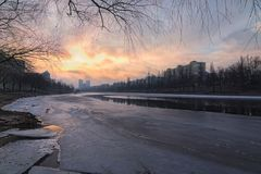 Area dell'alloggio dal canale Un'area residenziale tipica di sonno sulla sponda destra del Dnieper a Kiev l'ucraina Fotografie Stock