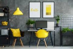 Area dell'ufficio con la decorazione gialla Fotografie Stock Libere da Diritti