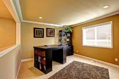 Area dell'ufficio con la mobilia di marrone scuro Immagini Stock Libere da Diritti