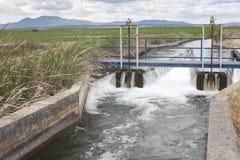 Area della cateratta al canale enorme di irrigazione, Estremadura, Spagna Immagini Stock