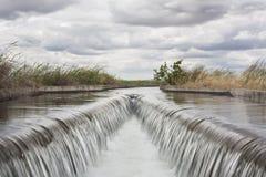 Area della cateratta al canale enorme di irrigazione, Estremadura, Spagna Immagine Stock