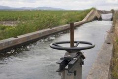 Area della cateratta al canale enorme di irrigazione, Estremadura, Spagna Fotografia Stock