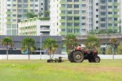 Area della costruzione con il trattore ed il lavoratore Fotografia Stock Libera da Diritti
