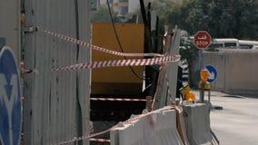 Area della costruzione con le bande variopinte ed i blocchi in calcestruzzo di estate nel slo-Mo stock footage