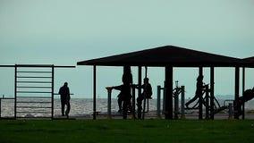 Area di attività di formazione pubblica di sport vicino alla spiaggia stock footage