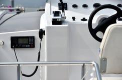 Area di controllo e ruota di direzione dell'yacht Fotografia Stock Libera da Diritti