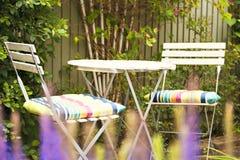 Area di disposizione dei posti a sedere accogliente del giardino immagini stock libere da diritti